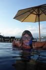 Carina övar i poolen...