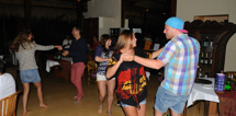 Richard bjuder upp till dans på hotellet...