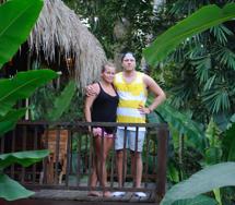 Caz och Richard på sin djungelbalkong