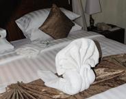 svanar gjorda av handukar på våran säng...