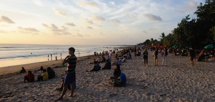 mer folk på kvällen än under dagen på stranden...
