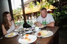 glada miner vid frukostbordet...