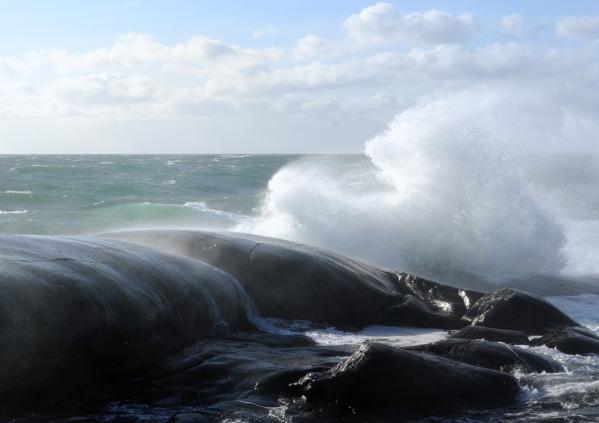 vågorna piskar in mot klipporna...