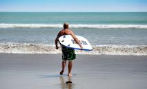 en man en bräda ett hav...