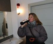Carina struntar i glaset inne på Domkyrkans toalett...