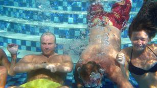vem är puckot i mitten som dyker...???