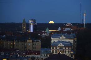 månen stiger bakom Gothia Towers och Liseberg...