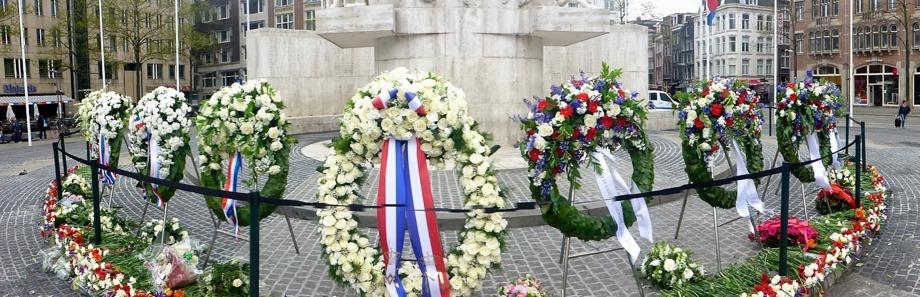 Blomsterkransarna till minne av de stupade från andra världskriget, Damtorget...