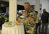 mannen som gav hawaii skjortan ett ansikte, mingelparty på hotellet...