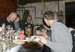 diskussionerna går heta om statyerna kring bordet...