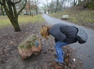 nosen har hittat en minnes sten i Vasaparken...
