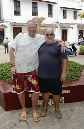 jag och Francesco från Nungwi tar farväl av varandra utanför Tembo Hotel...
