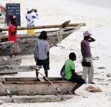 byns lokala knark försäljare i mitten med svart-vit skjorta, han säljer allt från kokain till snorkelturer...