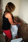 på Zanzibar löser man problemen själv, när toaletten inte spolar fyller man på behällaren själv... hakuna matata...