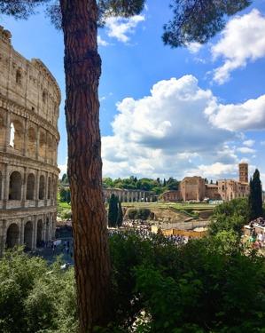 nu ser vi ruinerna bredvid Colosseum också... foto Carina...