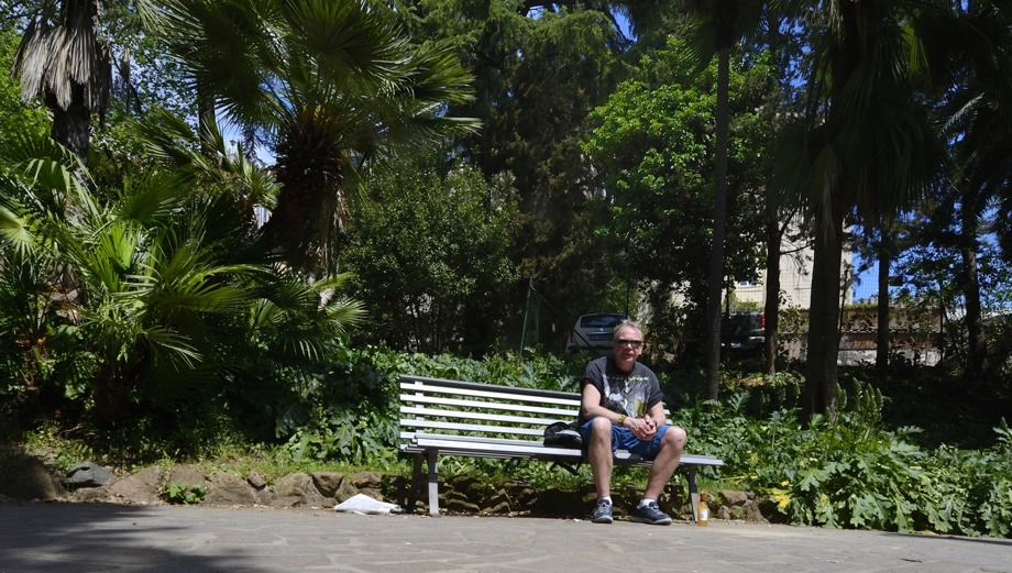 filofiserar över påven på en parkbänk... önskar jag också kunde tala med Gud ibland...