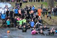 fullt friska göteborgare köar för att bada i iskallt lervatten...