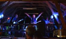 Anders Max leder sitt band från logen...