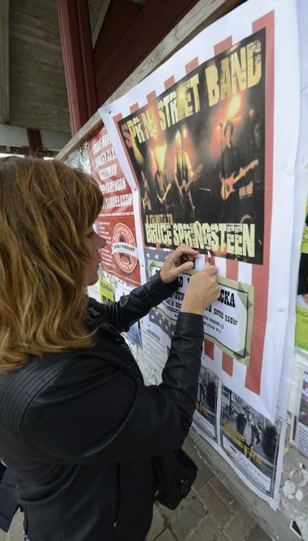 Carina sliter ner affischer i Dejes centrum som en riktig huligan... var är ordningsmakten...