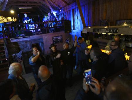 på känt Springsteen maner går Anders ut i publikhavet...