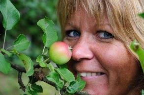 Carina gillar att lukta på äpplen