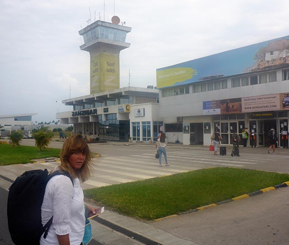 äntligen framme i Zanzibar, Zanzibar Int. Airport hår finns inga flygbussar eller transfer tåg...