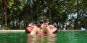 gött i poolen med en kokosnöt...