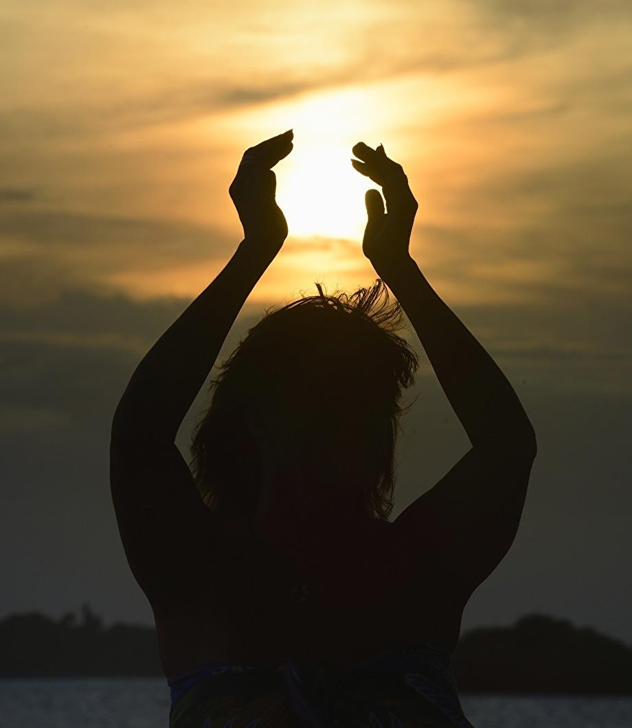 kvinnan som bär ljuset, nästan religöst...
