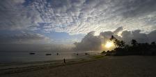 solens första strålar bryter igenom...