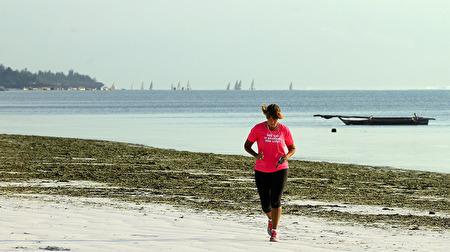 morgon jogging med Matemwe fiskeflotta som lägger ut i bakgrunden...