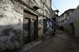 en av Stone Towns beryktade träsnidade dörrar...