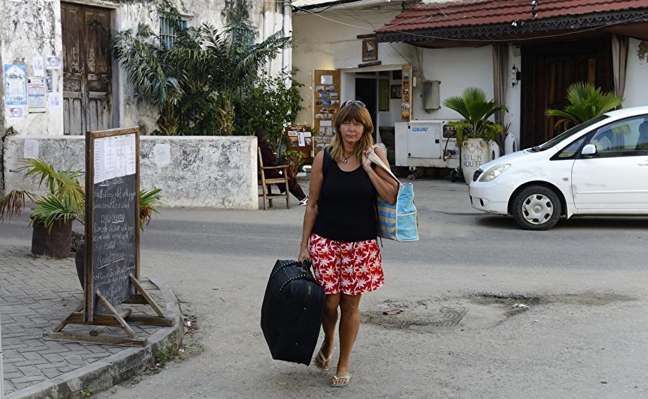 Carina är bra på att bära mina väskor, jag måste ju fota...