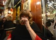 Carina låter sig väl smaka av den goda whiskyn...