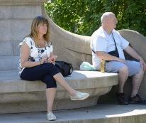 nosen följer loppet i sin mobil, tillsammans med Bengt-Arne från Vårgårda till höger i bild......