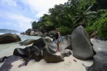 Carina poserar på dom fantastiska klipporna som är så speciella för Seychellerna...