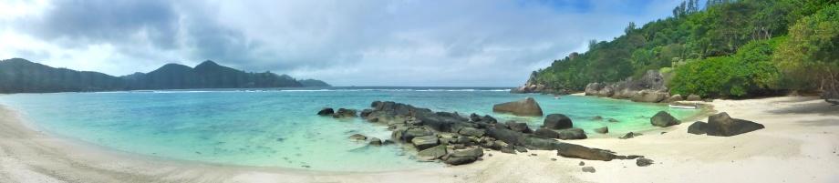 Baie Lazare, även kallad murena stranden eftersom jag snorklade på en murena precis utanför klipporna mitt i bilden...