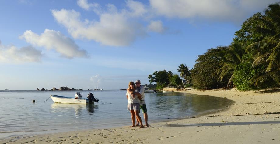 välkomna till La Digue... en cool ö som närmast kan beskrivas som musik av JJ Cale...