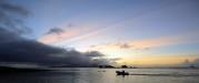 dessa ensamma män i sina båtar vid solnedgången, vad tänker dom på...