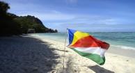 tidigt på förmiddagen är man nästan solo på denna stranden sen kommer turisterna i ett lämmeltåg...