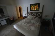 självlysande tavla ovanför sängen...