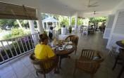 frukost serveras på verandan...