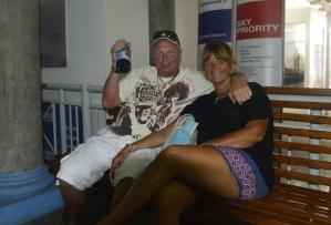 glada miner fortfarande på flygplatsen, Seychellerna... byxvarm Tamaka gör ju livet lättare...