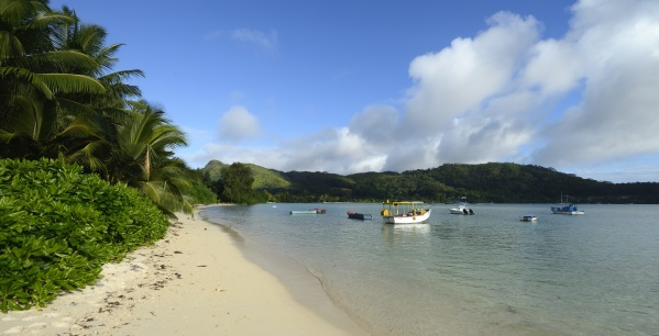 Anse A La Mouche... här stannade vi till på väg hem sista kvällen på Mahe... stranden bara dök upp från ingenstans... så är det på Seychellerna... jättefint...