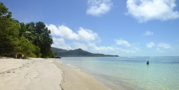 skönt att slippa alla turister... nosen stegar runt i vattnet... vårat läger till vänster på stranden...