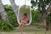 Carina lyssnar på någon sommarpratare i sköna stolen... gud vad sur hon ser ut... bäst att inte störa...