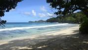 våran strand tvärs över vägen på Mahe...
