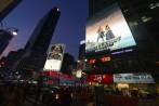 """nu kommer det en """"djävla"""" hög med reklambilder men så ser NY ut på natten... Carina skymtar nere i vänstra hörnet för den uppmärksamme betraktaren..."""