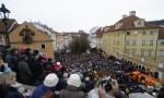 överallt samlas folket och sjunger julsånger...
