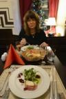 tjeckisk julmat, förrätt viltpate och gratinerad ost med ett glas mousserat vin till...
