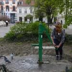 nosen pumpar vatten till duvorna...